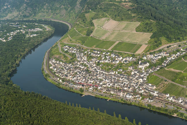 Germany, Rhineland-Palatinate, aerial view of Klotten with Moselle River and town on coast — Stock Photo