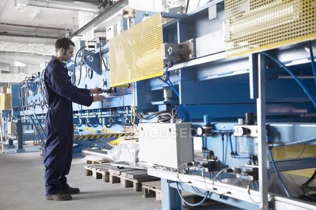 Tecnico che lavora in una fabbrica — Foto stock