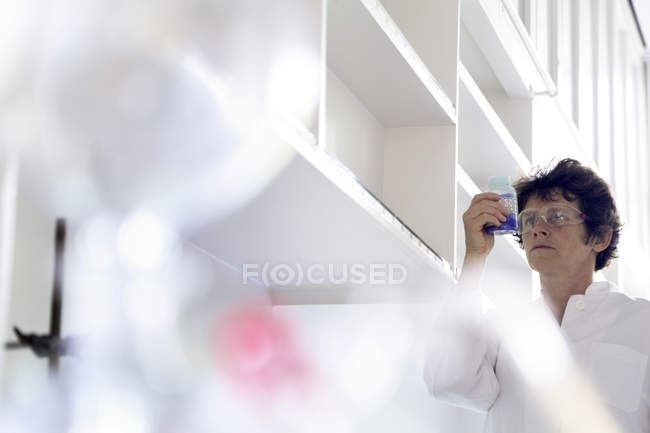 Female chemist working in lab — Stock Photo