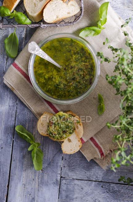 Pesto de basilic frais dans un verre — Photo de stock