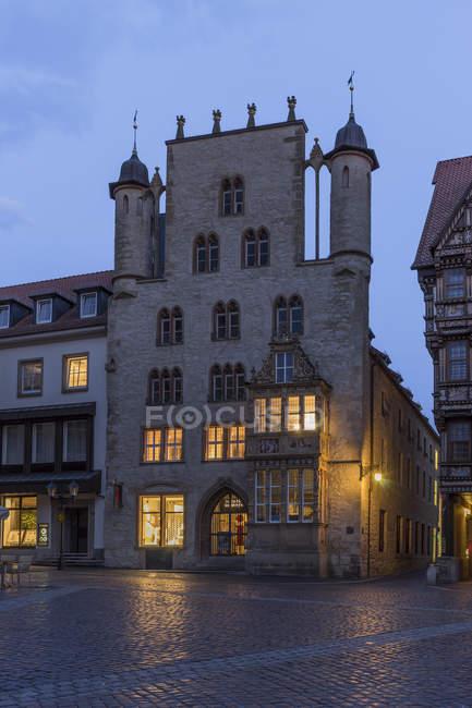 Alemania, Sajonia de Lowe, Hildesheim, Plaza en la noche - foto de stock