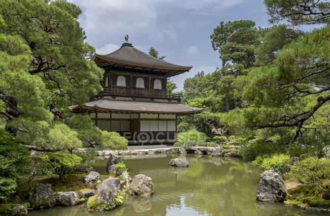 Japon, Kyoto, temple Ginkaku-ji dans la forêt — Photo de stock