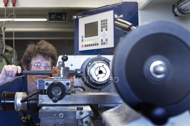 Female technician in metalworking workshop — Stock Photo