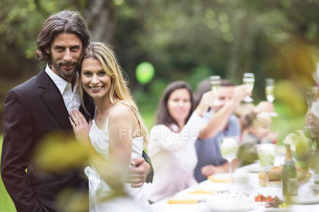 Щасливого святкування, наречений і наречена на вечірки в саду — стокове фото
