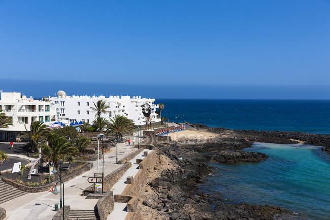Spanien, Kanarische Inseln, Lanzarote, weiße Häuser in Costa Teguise — Stockfoto