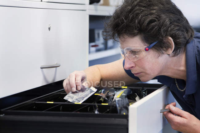 Female technician in electronics workshop — Stock Photo