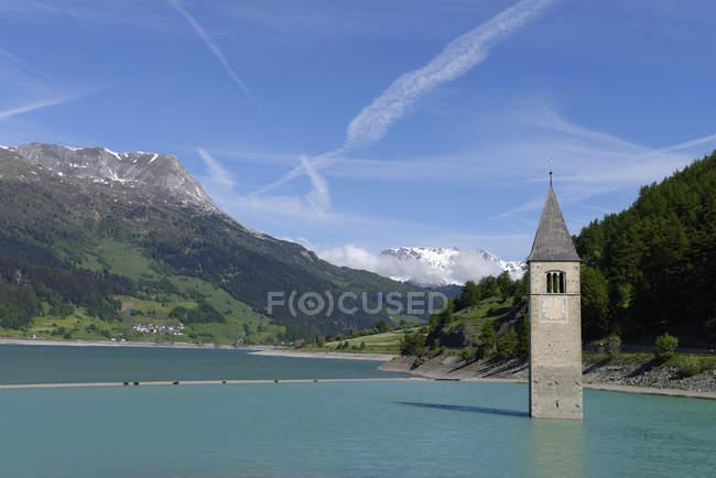 Italia, Alto Adige, Val Venosta, Vecchia torre della chiesa di Graun nel lago di Reschensee — Foto stock