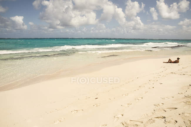 Caribbean, Barbados, Cave Bay, woman relaxing on the beach — Stock Photo
