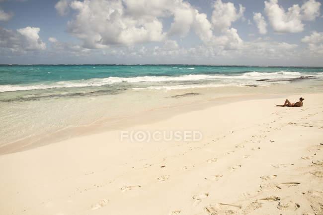 Карибский, Барбадос, пещера Бэй, женщина расслабляющий на пляже — стоковое фото