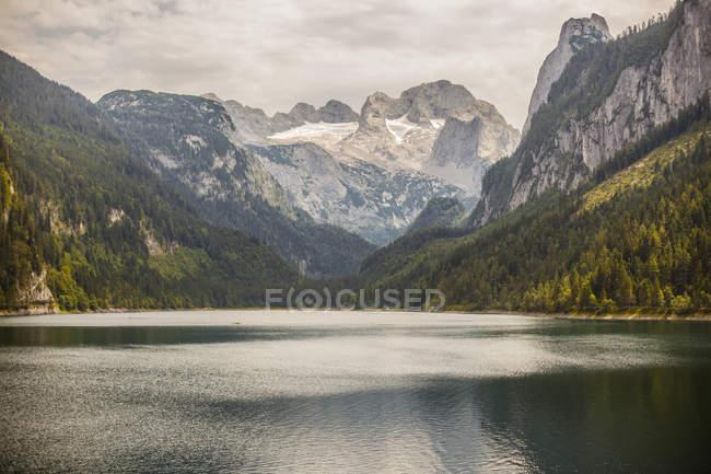 Австрия, Gosau, озеро и горы скалы — стоковое фото