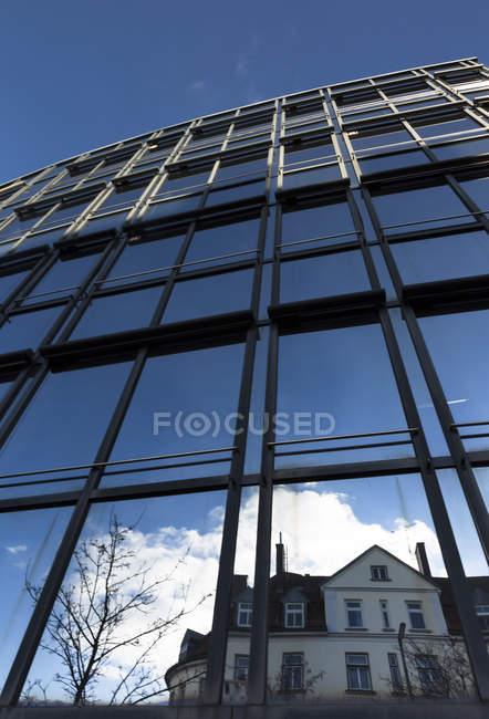 Deutschland, Bayern, München, Glasfassade am Tag — Stockfoto