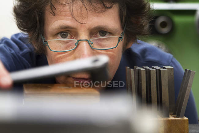 Female technician working in metalworking workshop — Stock Photo