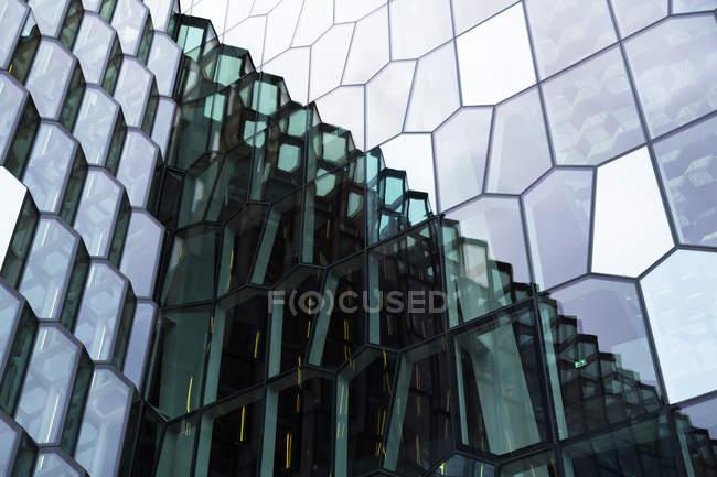 Insel, Reykjavik, Spiegelung an Glasfassade der Harpa-Konzerthalle, Teilansicht — Stockfoto