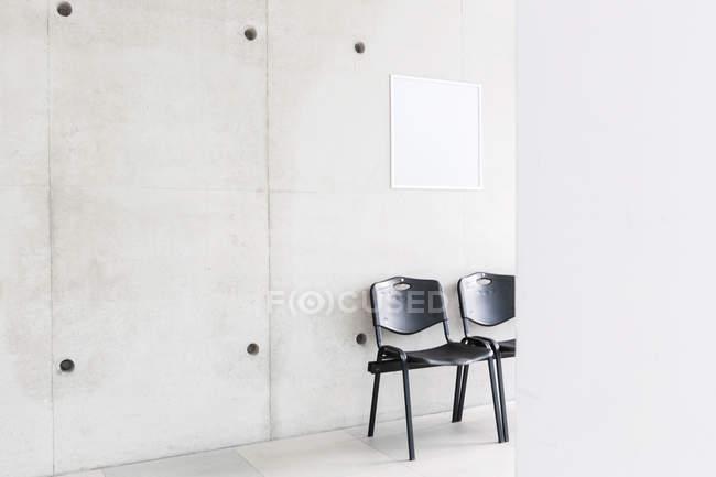 Polonia, Varsavia, due sedie in un corridoio dell'Università tecnica — Foto stock