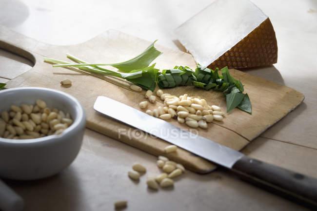 Рублене черемша, кедровими горішками та пекоріно сир на Розробні рада — стокове фото
