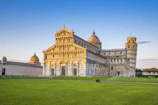 Italy, Tuscany, Pisa, View to Cathedral and Leaning Tower of Pisa at Piazza dei Miracoli — Stock Photo