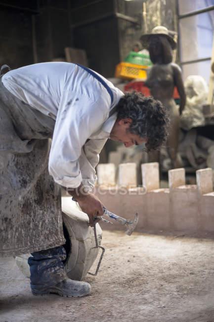 Travailleur de fonderie Art Allemagne, Munich, travaillant sur le moule de coulée — Photo de stock