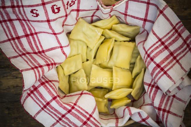 Швабський галушками суп на кухонне рушник — стокове фото