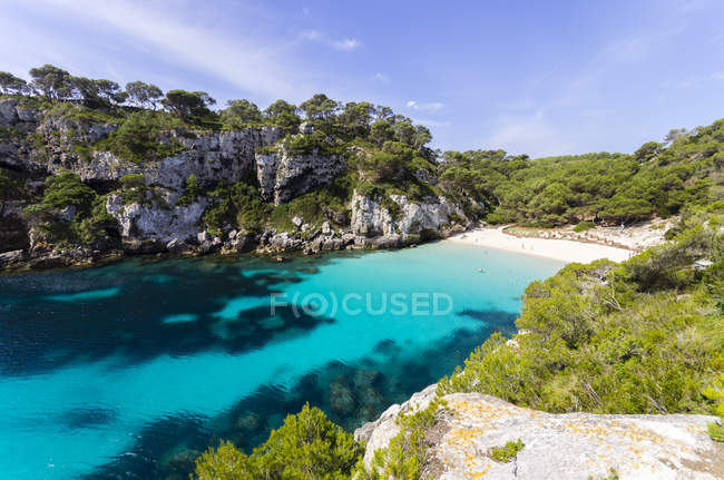Spagna, Isole Baleari, Minorca, Macarella, Cala Macarelleta, Spiaggia con scogliera sulla riva — Foto stock