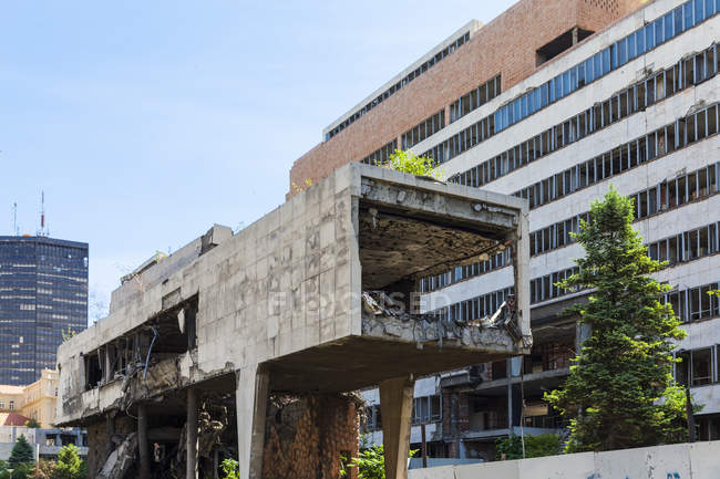 Сербія Бєлград Novi Белград, Savski Venac, залишки урядовою будівлею, піддані бомбардуванню з НАТО під час війни Югославської — стокове фото