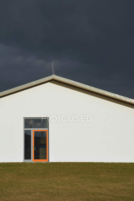 Germany, Bavaria, Aschheim, House front with orange doorframe — Stock Photo