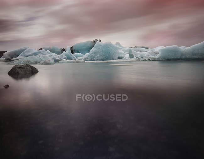 Ghiaccio sul lago ghiacciaio di Jokurlsarlon — Foto stock