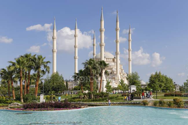 Türkei, Adana, Sabanci Zentralmoschee und Pool im Vordergrund — Stockfoto
