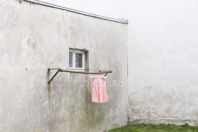 Alemanha, quintal de glum com vestido infantil pendurado no poste de roupas — Fotografia de Stock