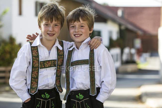 Германия, Мурно, братья-близнецы в традиционных костюмах — стоковое фото
