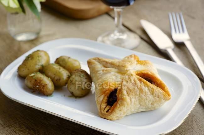 Тесто слоеное посылок с каштановым грибной начинкой и картофеля — стоковое фото