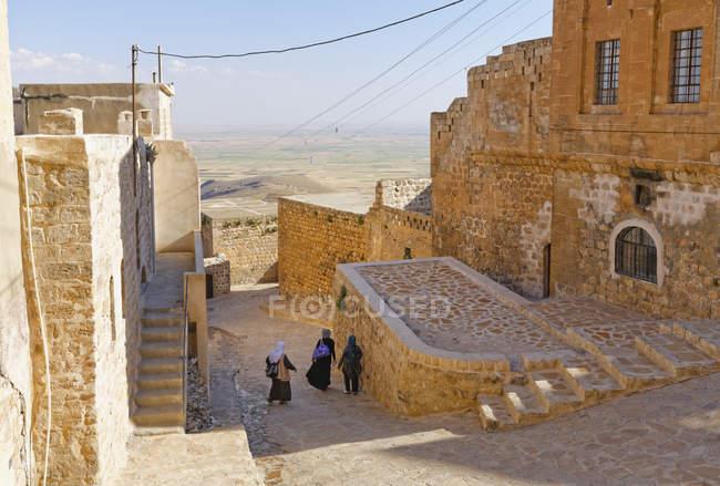 Турция, Мардин, Старый город и людей на лестнице — стоковое фото
