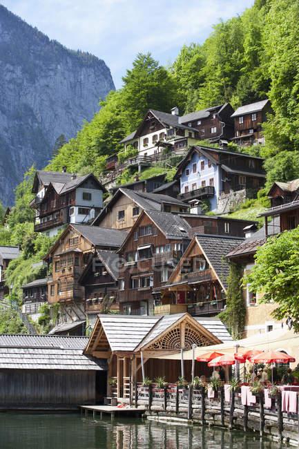 Österreich, Oberösterreich, Salzkammergut, den Hallstaetter See, Hallstatt, Häuser am Hügel über dem Wasser — Stockfoto