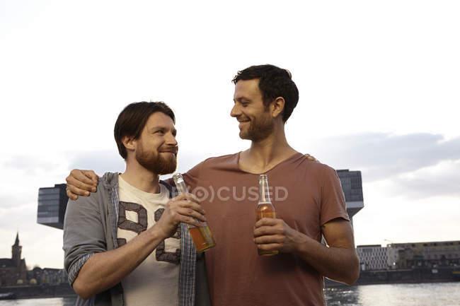 Двох друзів з пляшок пива на відкритому повітрі — стокове фото