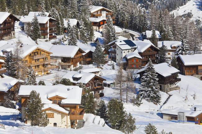 Svizzera, Veduta delle case in chalet sulla neve — Foto stock