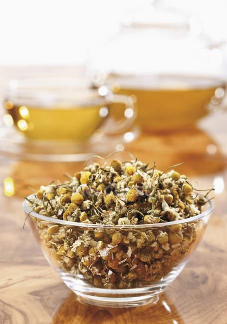 Tazón de té de manzanilla seca - foto de stock