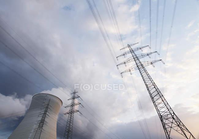 Allemagne, Tours de refroidissement et lignes électriques contre les nuages — Photo de stock