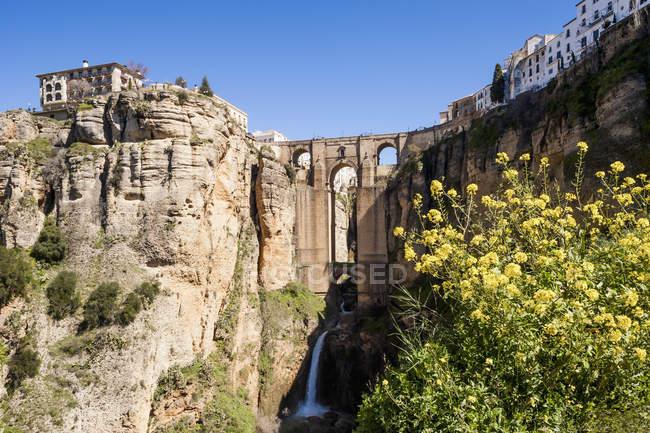 Puente en Ronda y vista panorámica de la cascada - foto de stock