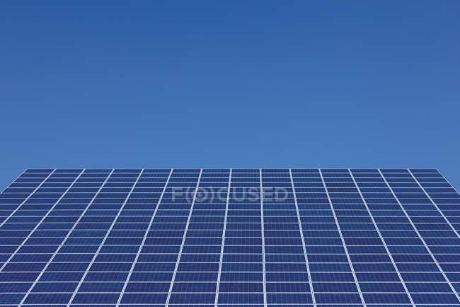 Перегляд сонячних панелей в фотоелектричних park в денний час, Westerheim, Баварія, Німеччина — стокове фото