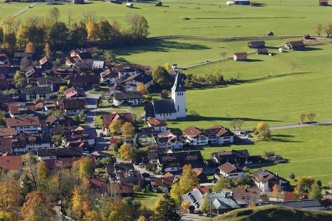 Германия, Бавария, Высокоугольный вид на деревню вблизи Бад Хинделанг — стоковое фото