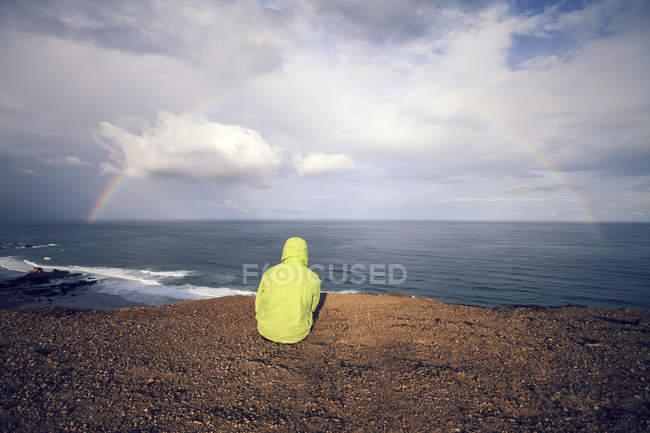 Portugal, jovem sentado na Praia Castelejo — Fotografia de Stock