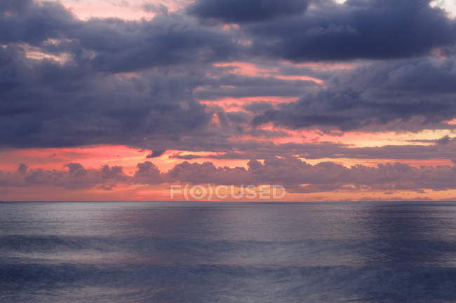 Sea and cloudy sky at sunset — Stock Photo