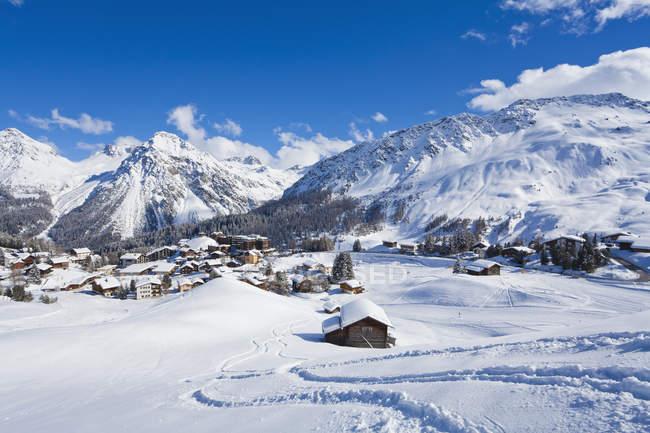 Paesaggio urbano in montagne innevate invernali, stazione sciistica invernale, Arosa, Grigioni, Svizzera — Foto stock