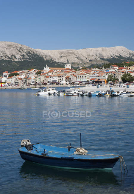 Bateau dans la mer Adriatique à l'île de Krk — Photo de stock
