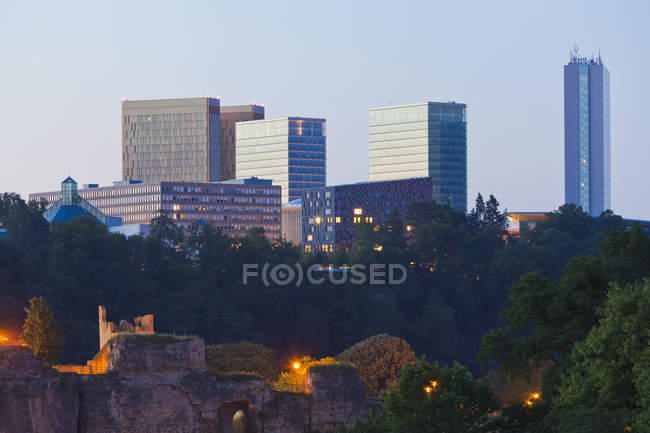 Luxemburg, Blick auf Office-Buildingson-Hintergrund — Stockfoto