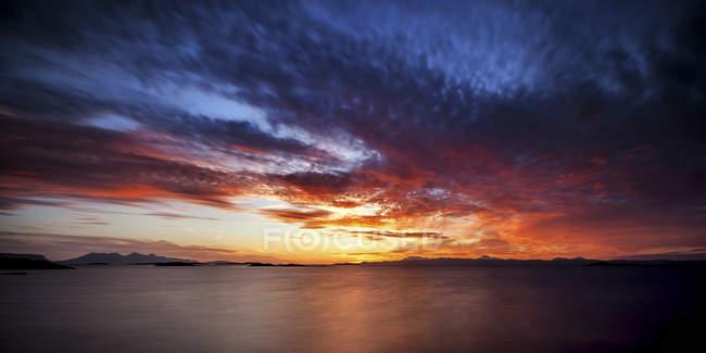 Royaume-Uni, Écosse, Vue de la plage au coucher du soleil sur l'eau — Photo de stock