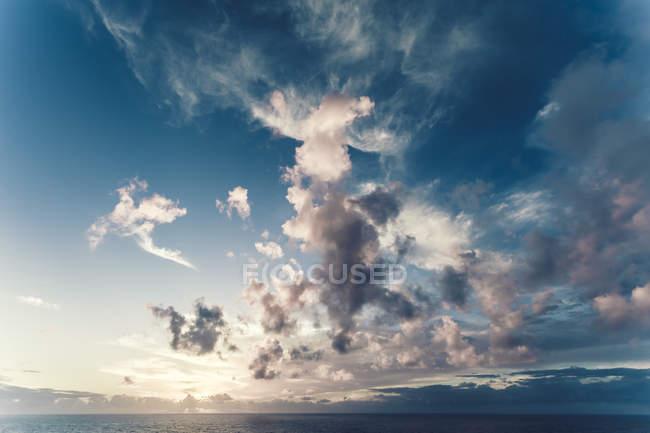 Portugal, bewölkter Himmel über Meer — Stockfoto