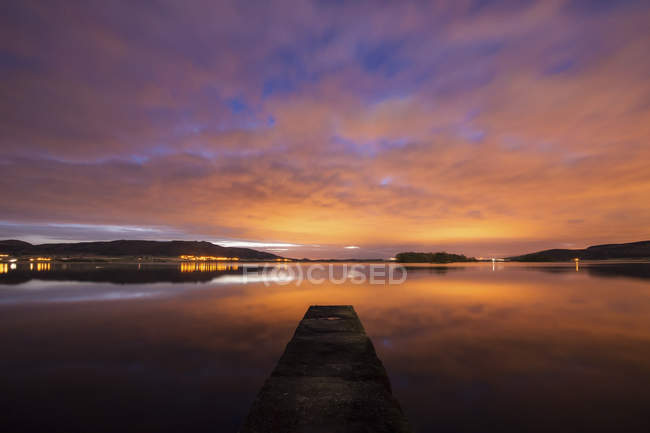 United Kingdom, Scotland, View of Loch Leven at sunset over water — Stock Photo