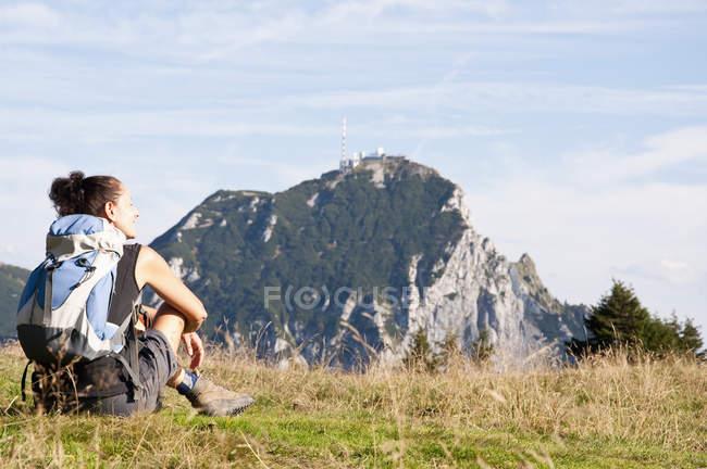Femme assise sur Prairie, Wendelstein, Bavière, Allemagne — Photo de stock