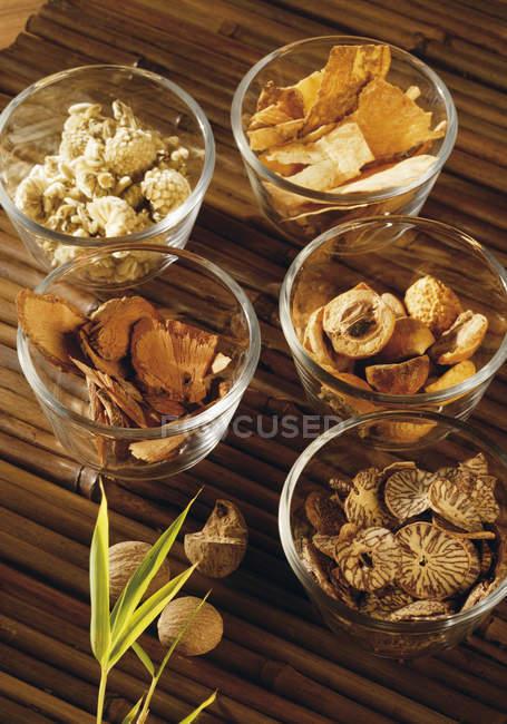Bols de phytothérapie sur tapis de bois — Photo de stock