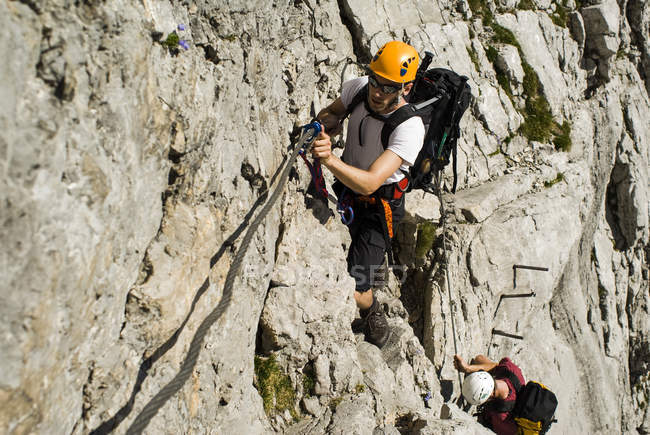 Germania, Baviera, alpinisti arrampicata ripida parete — Foto stock